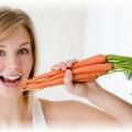 У девушки морковь в руке