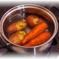 Морковь с картофелем в кастрюле