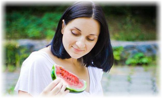 девушка ест маленький кусочек арбуза