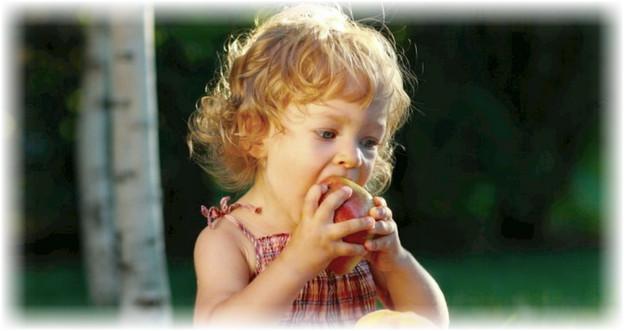ребенок кусает грушу