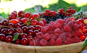 ягоды малины и вишни