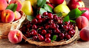 горка черешни среди фруктов